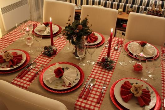 Ceia de Natal simples mesa com velas vermelhas