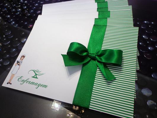 Convites de Formatura Enfermagem verde e branco cartão no envelope
