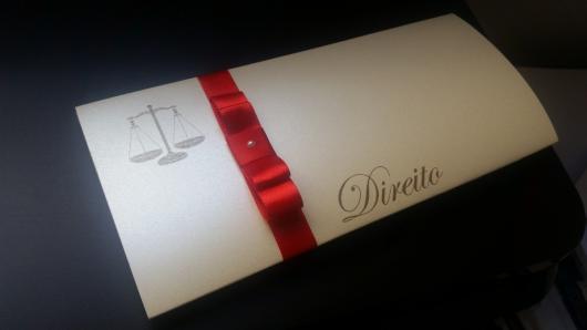 Convites de Formatura Direito scrap branco com laço vermelho