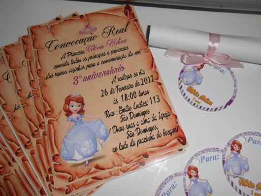 Convites Princesa Sofia pergaminho fechado com fita de cetim e etiqueta