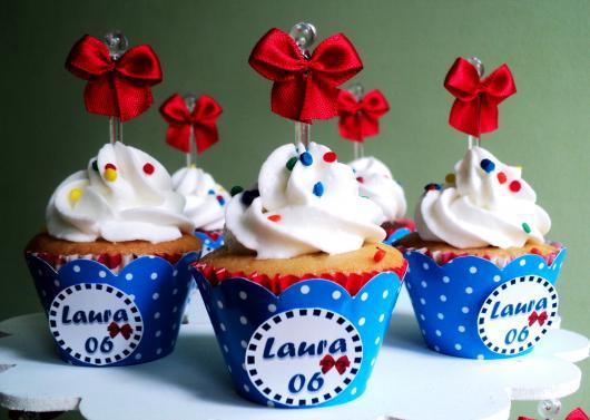 Cupcake Branca de Neve decorado com chantilly branco e confeito colorido