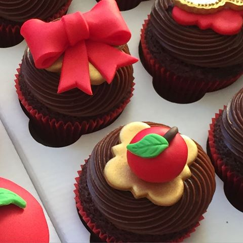 Cupcake Branca de Neve decorado com ganache de chocolate e aplique de pasta americana