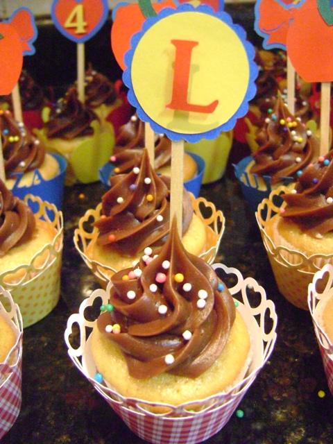 Cupcake Branca de Neve decorado com ganache de chocolate e topper