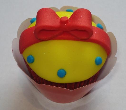 Cupcake Branca de Neve amarelo de pasta americana
