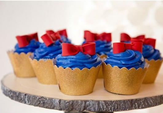 Cupcake Branca de Neve cute azul decorado com lacinho vermelho