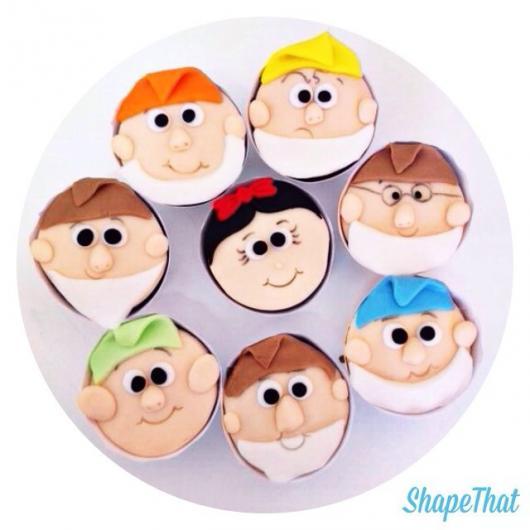 Cupcake Branca de Neve decorado com aplique dos personagens de pasta americana