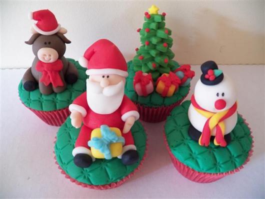 Cupcake de Natal papai noel arvore de natal e rena de pasta de leite ninho