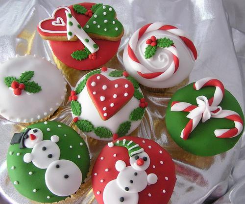 Cupcake de Natal natalino com apliques de pasta americana boneco de neve e coração