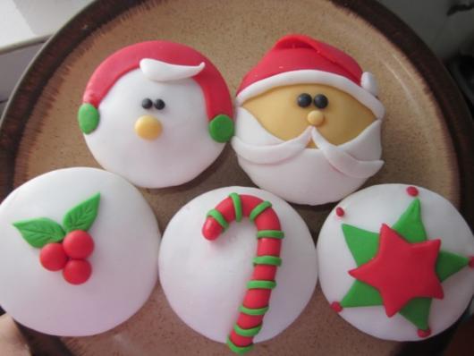 Cupcake de Natal enfeite de pasta de leite em pó branco e vermelho