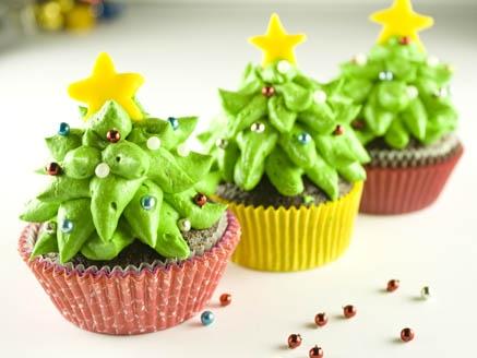 Cupcake de Natal decorado com arvore de chantilly e confete de estrelinha