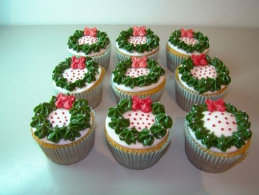 Cupcake de Natal decorado com guirlanda de chantilly