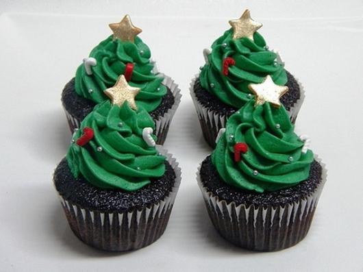 Cupcake de Natal decorado com chantilly e estrelinhas