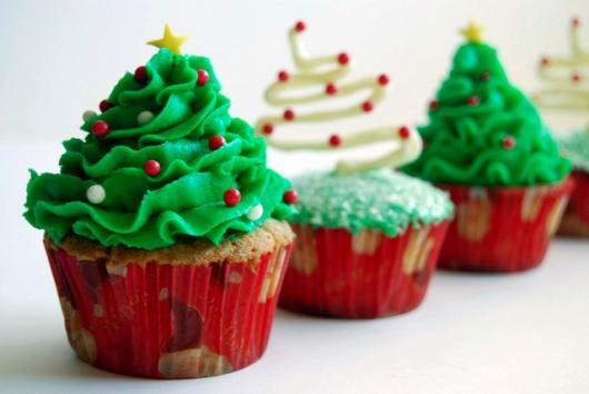 Cupcake de Natal decorado com árvore de chantilly e confete vermelho