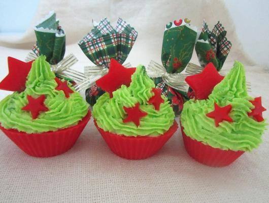 Cupcake de Natal de chantilly verde com forminha vermelha