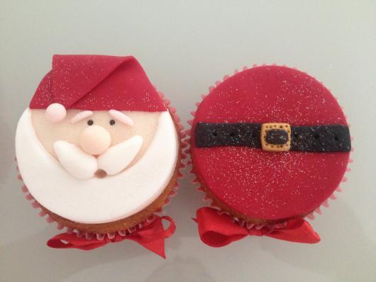Cupcake de Natal com aplique de pasta americana vermelha e branca