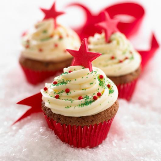 Cupcake de Natal com estrelinha de pasta de leite ninho