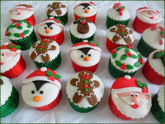 Cupcake de Natal com aplique de pinguim biscoito e papai noel de pasta americana