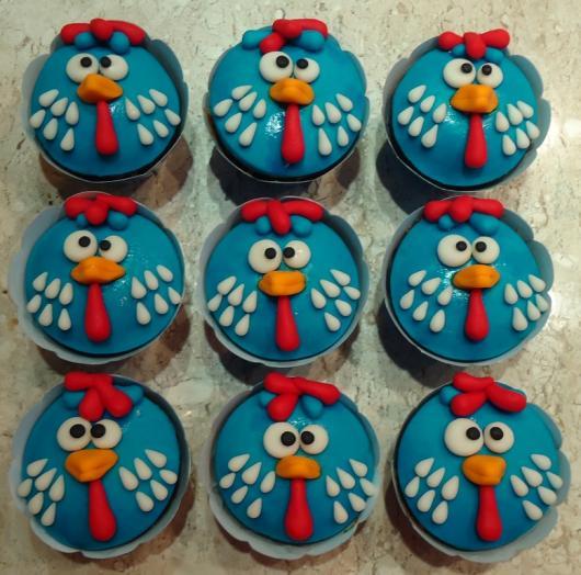 cupcake galinha pintadinha com wrapper azul e galinha pintadinha de pasta de leite ninho