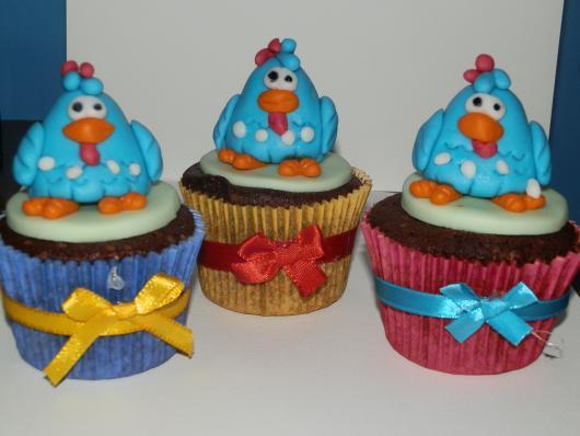 cupcake galinha pintadinha com lacinho de cetim na forminha
