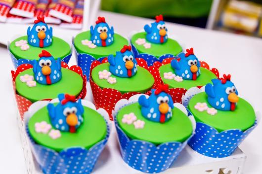 cupcake galinha pintadinha com wrapper azul e galinha 3D