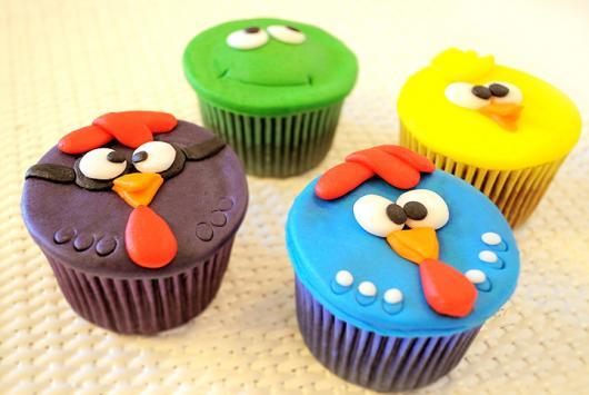 Cupcake galinha pintadinha com enfeite de pasta americana