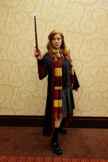 Fantasia Harry Potter hermione com cachecol e varinha