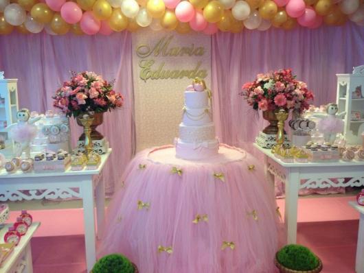 Festa Bailarina rosa e lilás com arranjos de flores