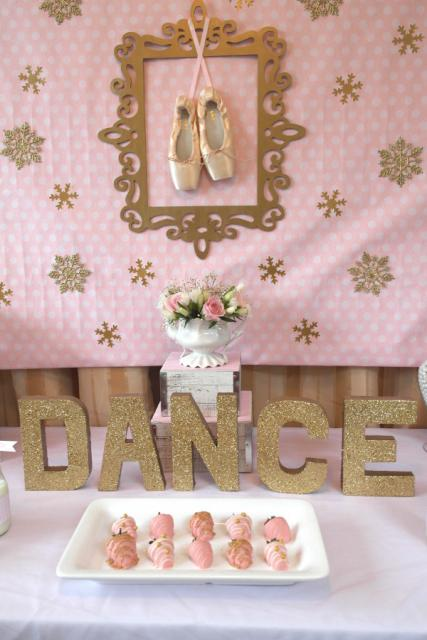 Festa Bailarina rosa e dourada com detalhes de MDF