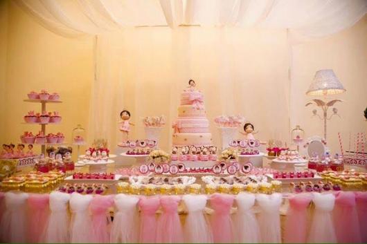 Festa Bailarina rosa e dourada com toalha de tule