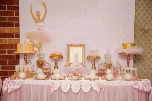 Festa Bailarina rosa e dourada mesa decorada com porta retrato e display