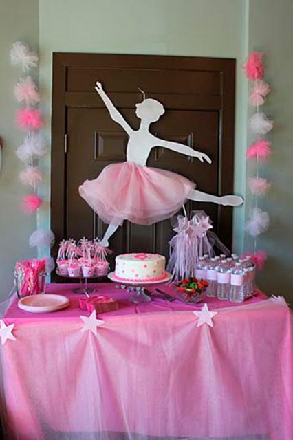 Festa Bailarina com enfeite caseiro de tule e papel