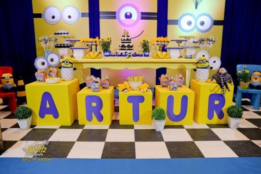 Festa dos Minions com puffs com nome do aniversariante