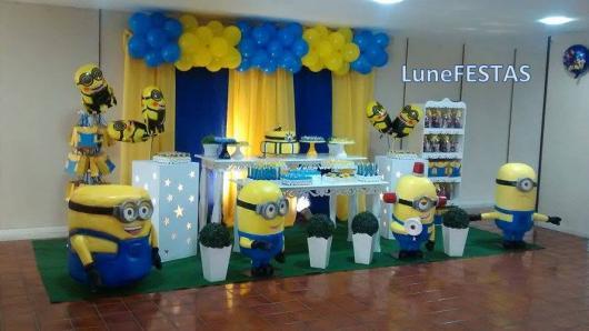 Festa dos Minions provençal com bexígas amarelo e azul