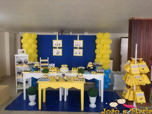 Festa dos Minions provençal com fundo azul escuro e bexígas amarelas