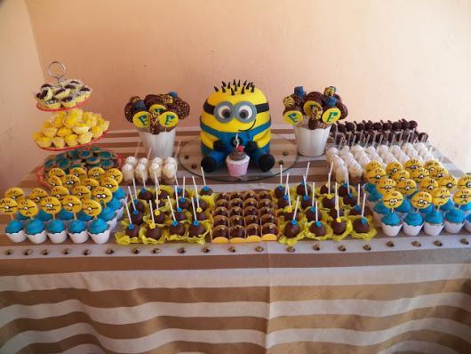 Festa dos Minions simples com toalha marrom e branca