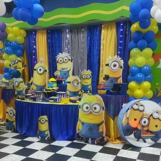 Festa dos Minions de luxo com cortina e arco de balões