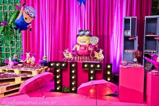 Festa dos Minions rosa com cortina