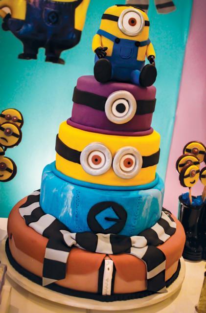 Festa dos Minions bolo de 4 andares