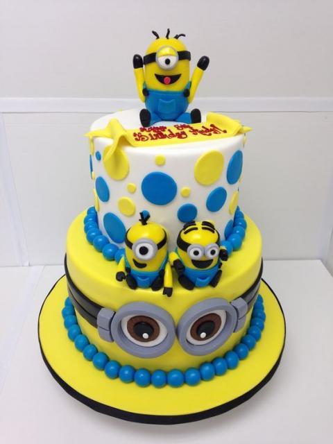 Festa dos Minions bolo branca e amarelo 2 andares
