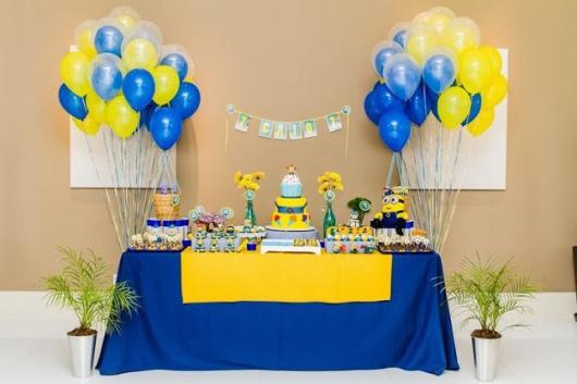 Festa dos Minions simples com toalha amarela e azul