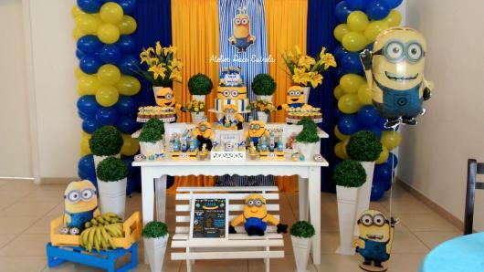 Festa dos Minions provençal com cortina amarela e azul