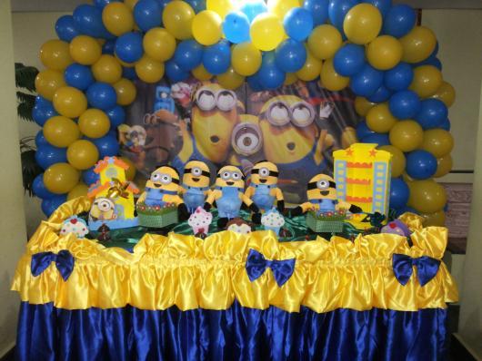 Festa dos Minions baby com toalha de tecido decarada com laços
