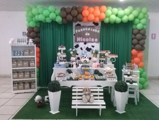 Festa Fazendinha provençal branca com estante de lembrancinhas