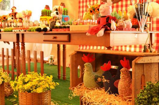 Festa Fazendinha baby com enfeite de ninho de galinhas