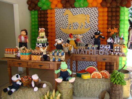 Festa Fazendinha rústica com bichos de pelúcia
