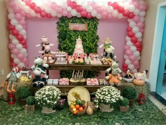 Festa Fazendinha rosa com muro inglês