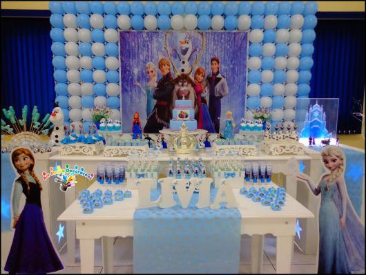 Festa Frozen com painél personalizado impresso e bexigas azul e branca