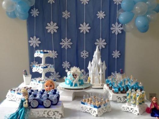 Festa Frozen simples com painél de TNT e flocos de neve de papel