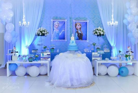 Festa Frozen de luxo com lustre de cristal