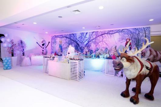 Festa Frozen de luxo com estátuas gigantes dos personagens